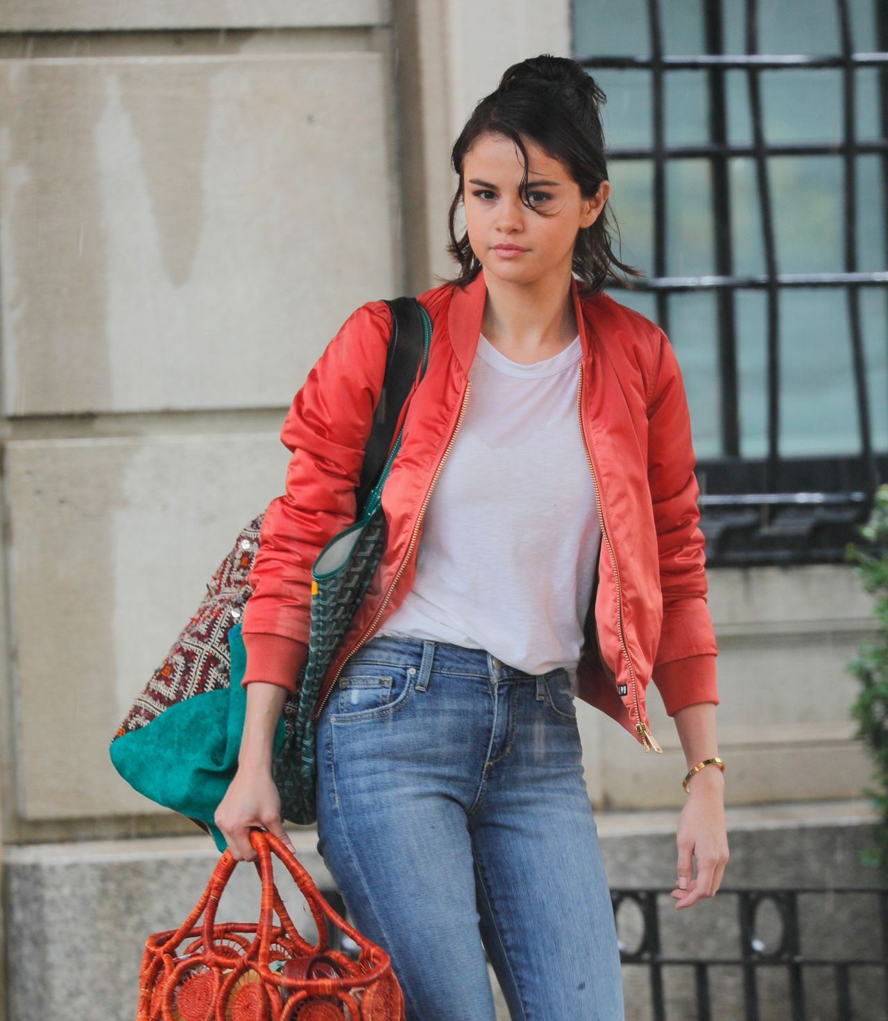 Selena Gomez - Film Under The Rain At Movie Set In New -6248