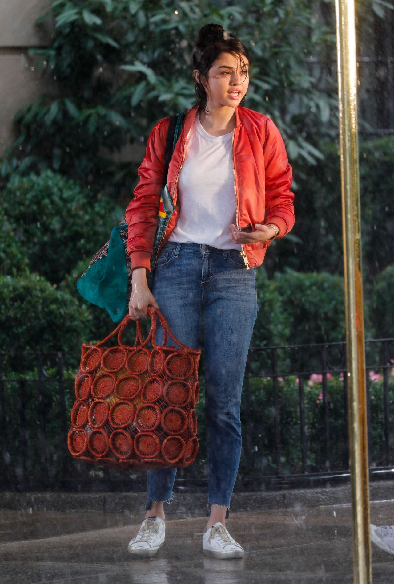 Selena Gomez - Film Under The Rain At Movie Set In New -3421