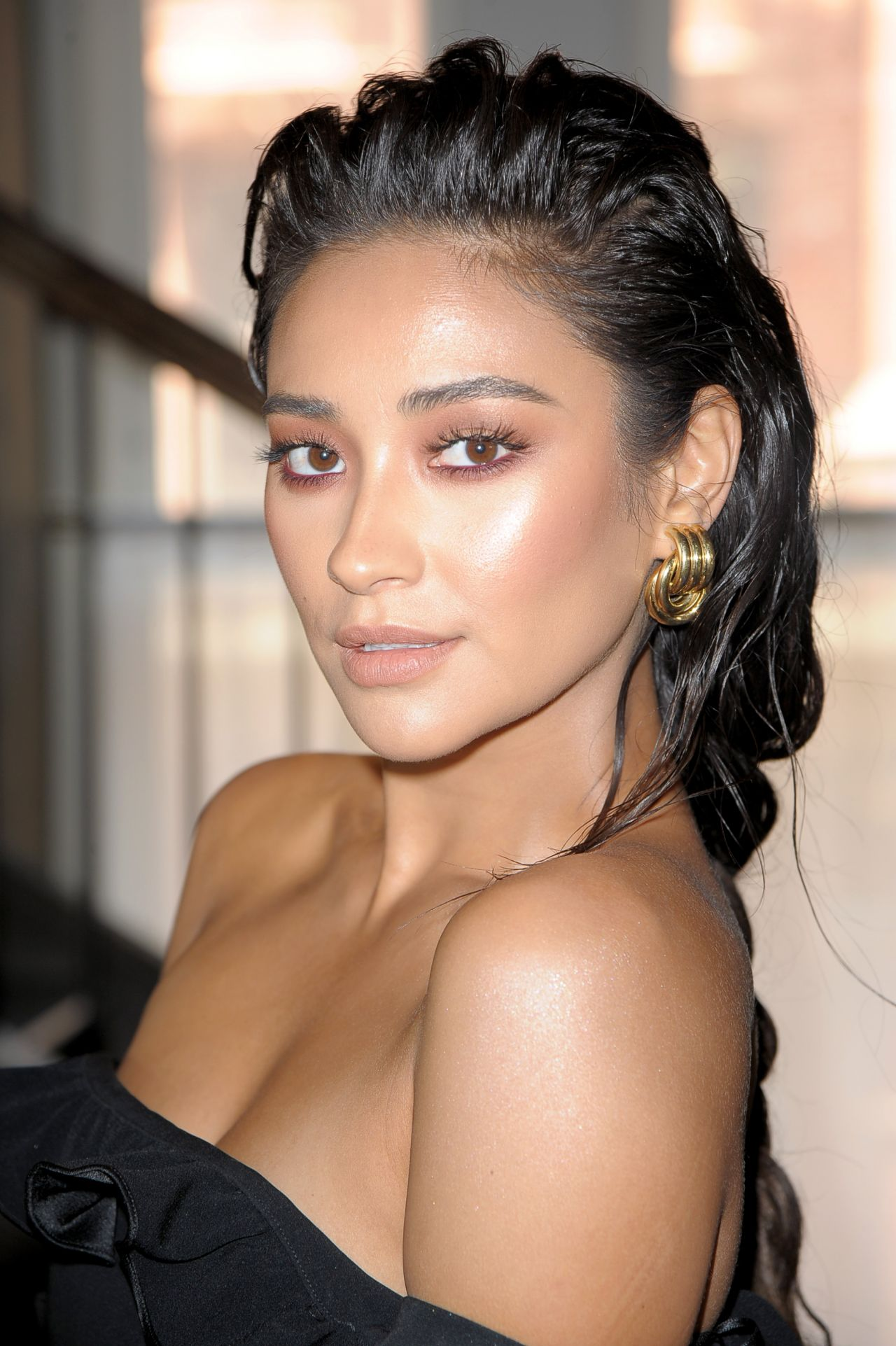 http://celebmafia.com/wp-content/uploads/2017/09/shay-mitchell-at-cinq-a-sept-presentation-nyfw-in-new-york-city-09-07-2017-1.jpg