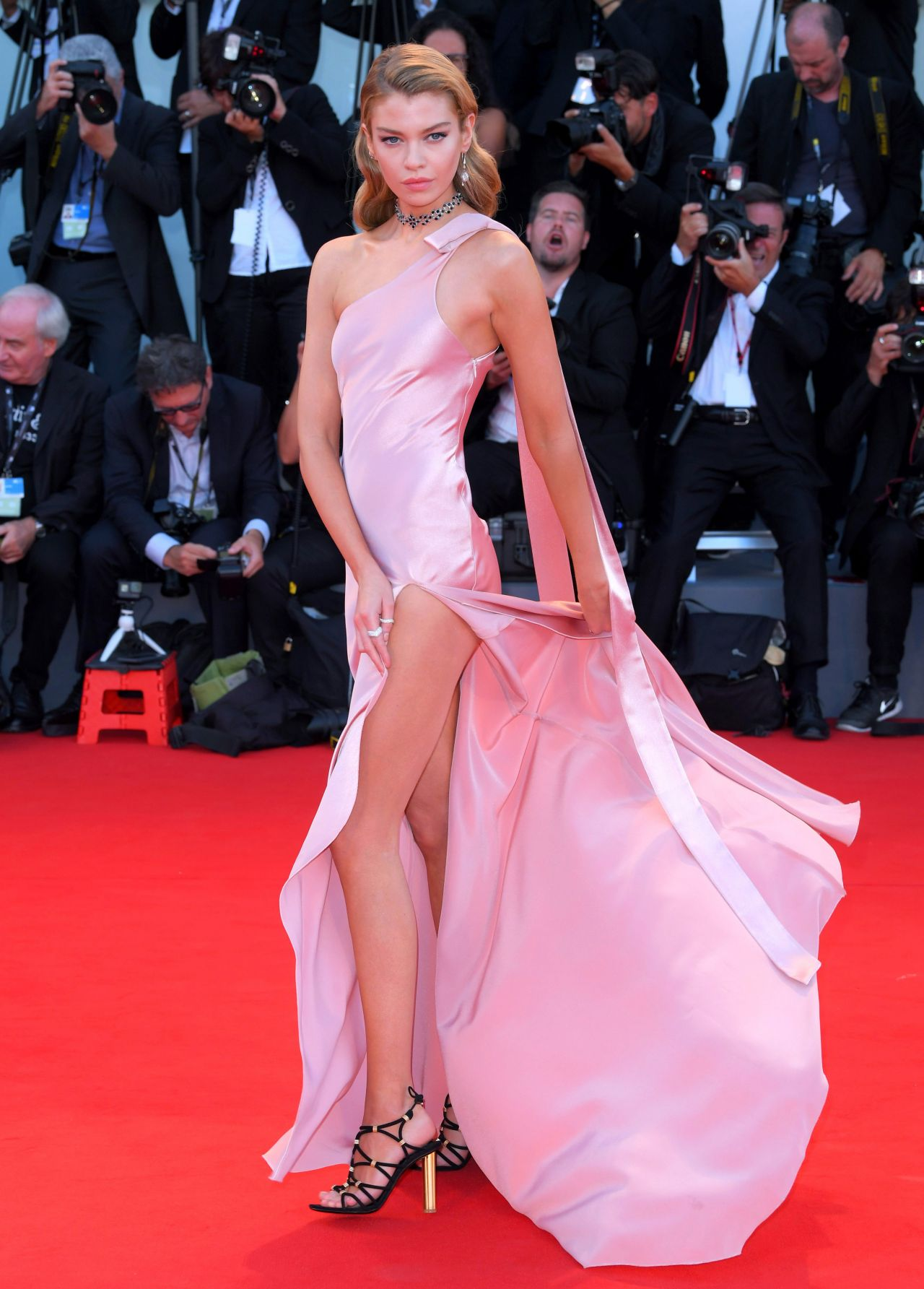 Stella Maxwell Quot Mother Quot Premiere At The Venice Film