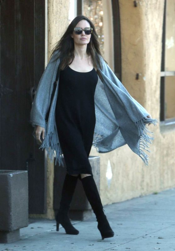 Angelina Jolie - Shopping at Baskin-Robbins in Los Angeles 10/30/2017