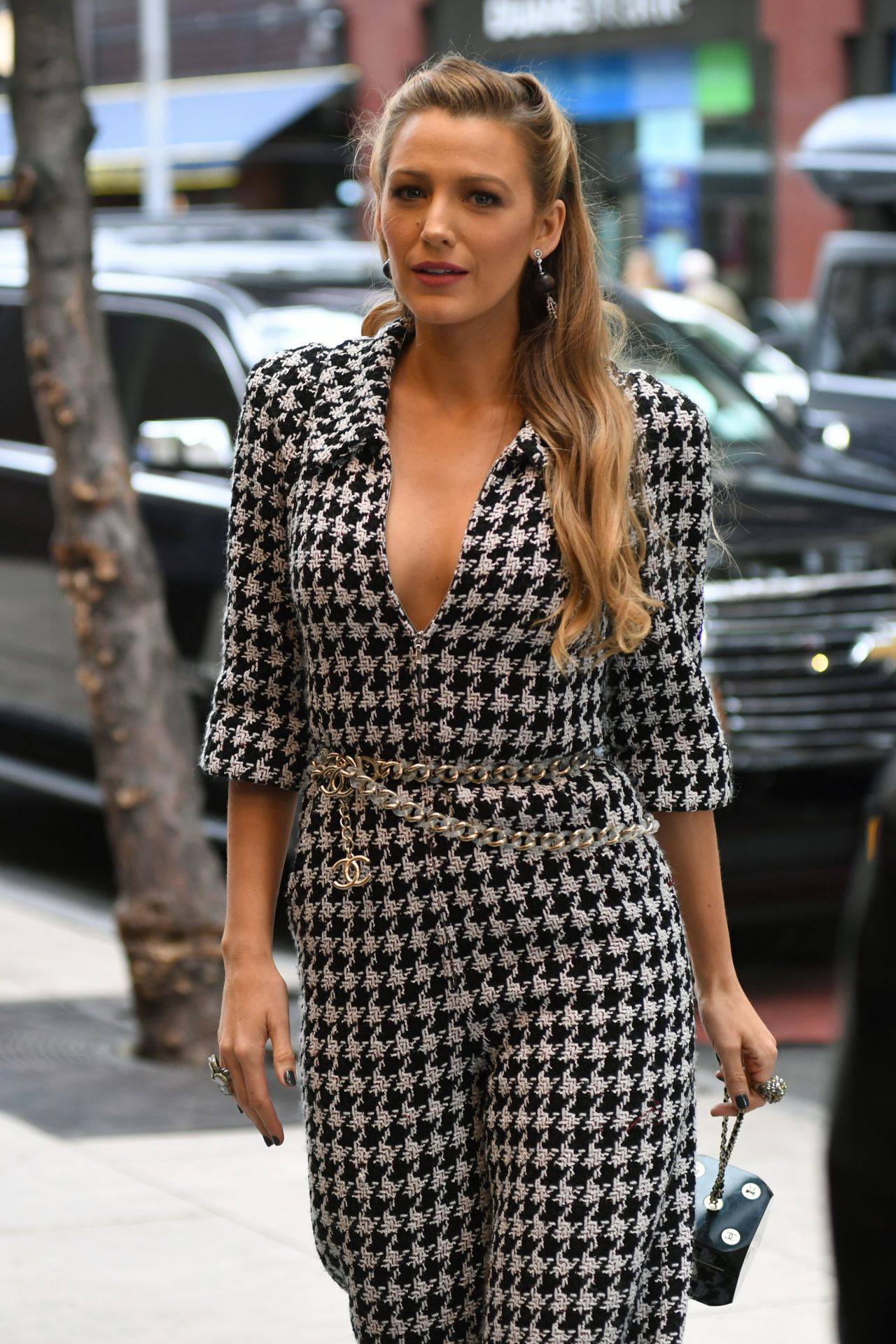 blake-lively-style-and-fashion-inspirations-arriving-at-her-hotel-in-nyc-10-16-2017-9.jpg