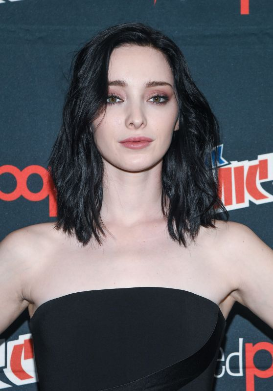 "Emma Dumont - ""The Gifted"" Press Line at New York Comic Con 10/08/2017"