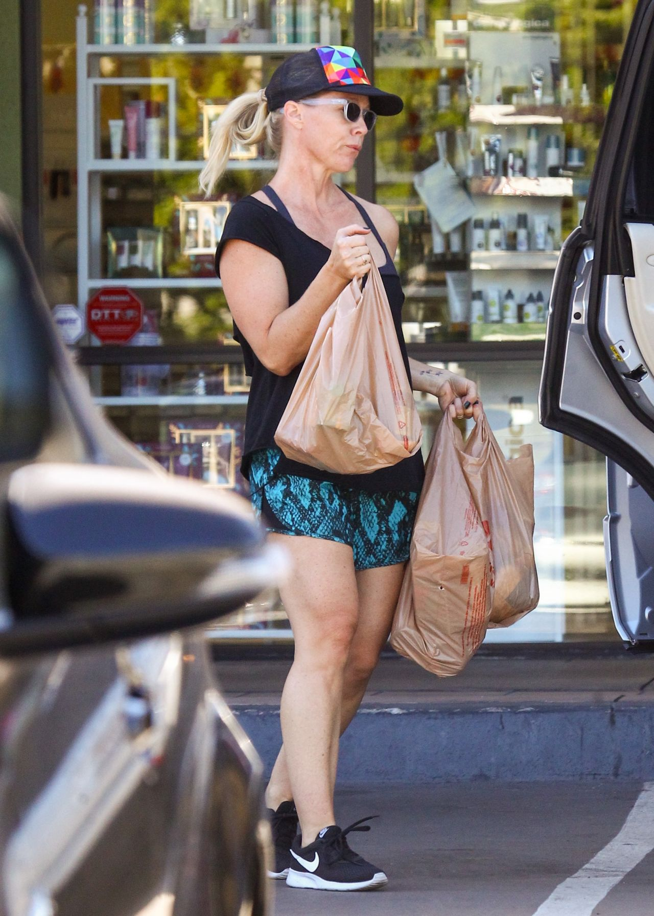 Jennie Garth Leggy In Shorts Grocery Shopping In Los