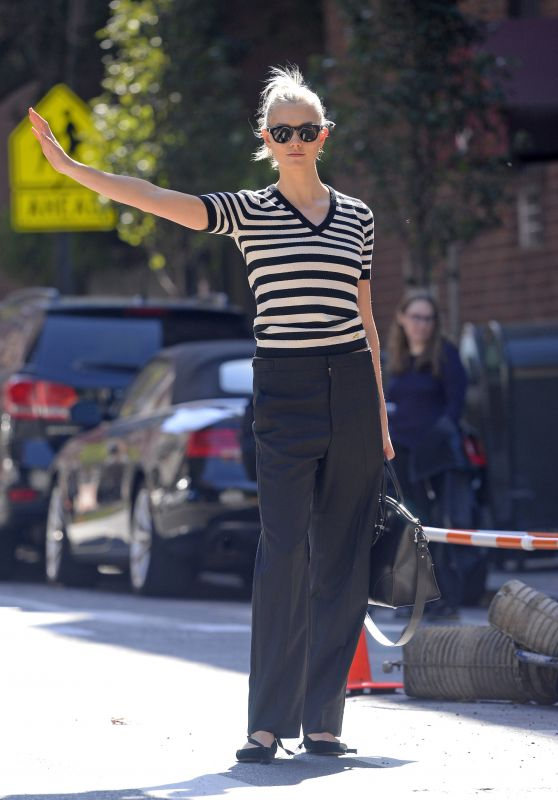 Karlie Kloss is Stylish - Hailing a Yellow Cab in NYC 10/04/2017