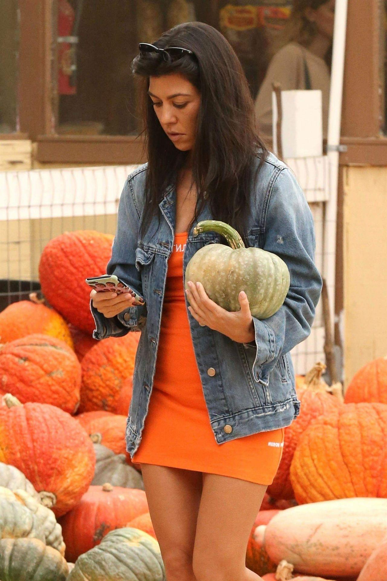 Kourtney Kardashian - Buy Pumpkins for Halloween in Moorpark, CA 10/29/2017