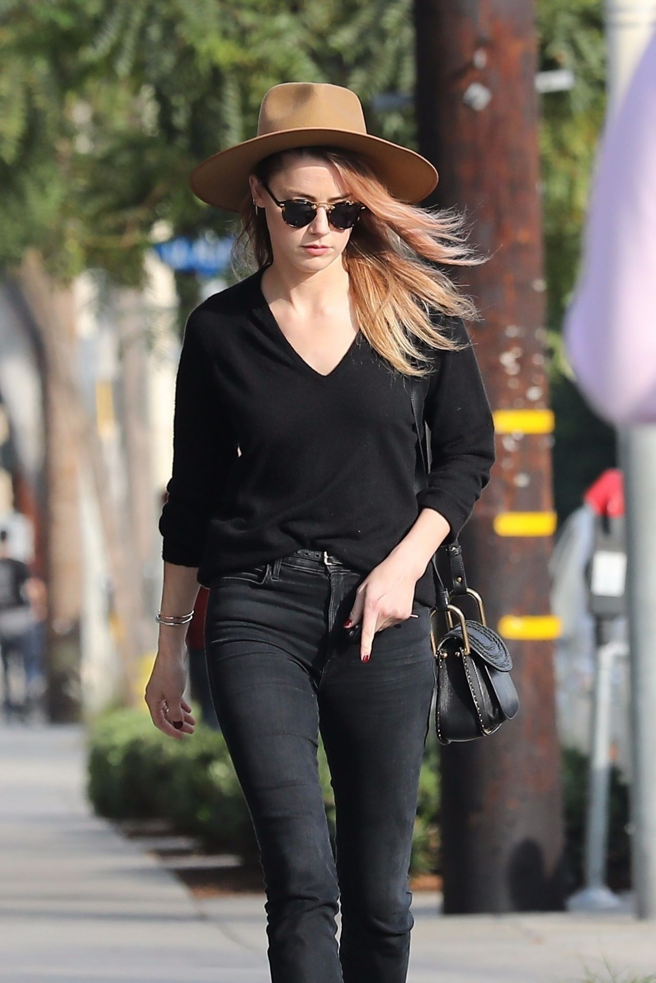 Kara del toro in ripped jeans lunch at le pain quotidien in hollywood pics
