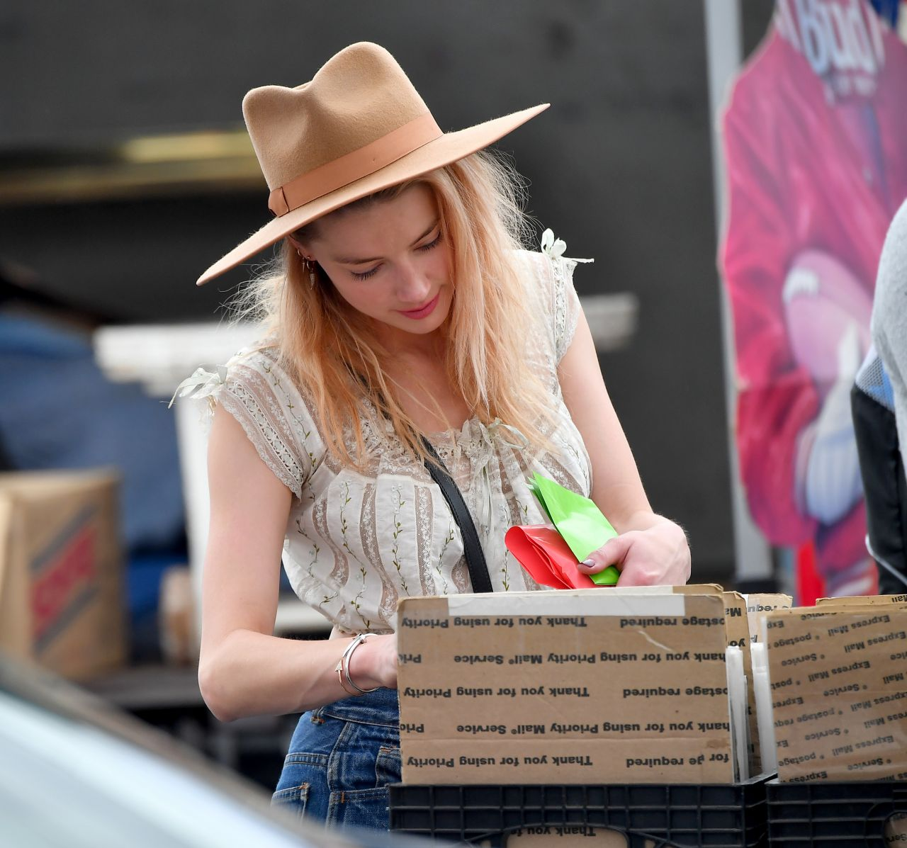 Amber Heard - Shopping at the Pasadena Flea Market in Pasadena 11/13/2017