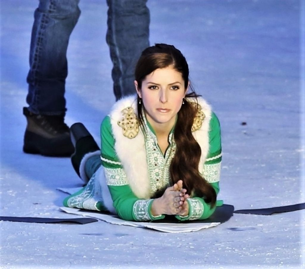 "Anna Kendrick on the Ice - Filming ""Noelle"" in Vancouver 11/20/2017"
