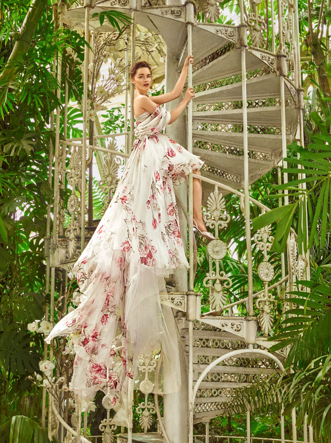 http://celebmafia.com/wp-content/uploads/2017/11/emilia-clarke-harper-s-bazaar-magazine-us-december-2017-january-2018-2.jpg