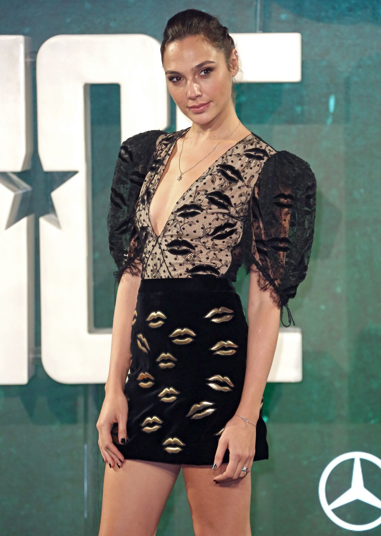 http://celebmafia.com/wp-content/uploads/2017/11/gal-gadot-justice-league-photocall-in-london-11-04-2017-1.jpg