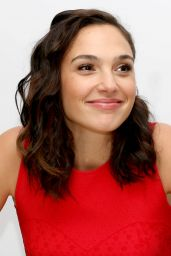 """Gal Gadot - """"Justice League"""" Press Conference in London 11/03/2017"""