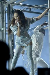 Hailee Steinfeld Performs Live at American Music Awards in Los Angeles 11/19/2017