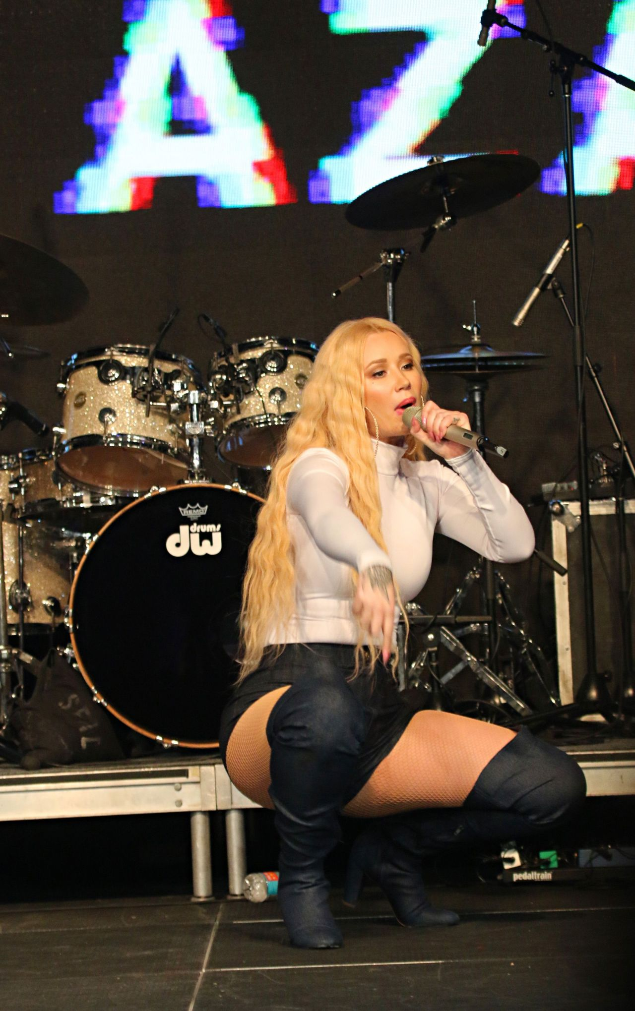 Iggy azalea work live and hot 10