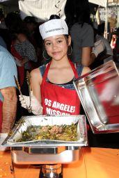 Jenna Ortega - Los Angeles Mission Thanksgiving Meal for the Homeless 11/22/2017