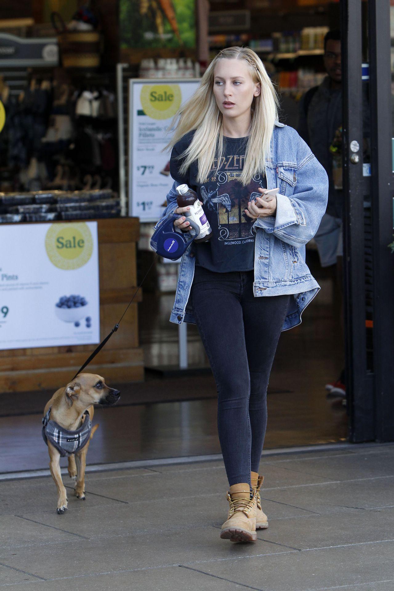 Lorraine Gilles - Walking Her Dog in Los Angeles 11/09 ...