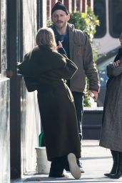 Mary-Kate Olsen and Ashley Olsen Have a Cigarette Break in NYC