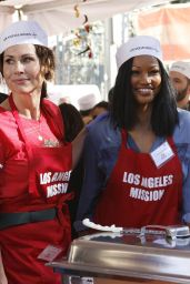 Minnie Driver – Los Angeles Mission Thanksgiving Meal for the Homeless 11/22/2017
