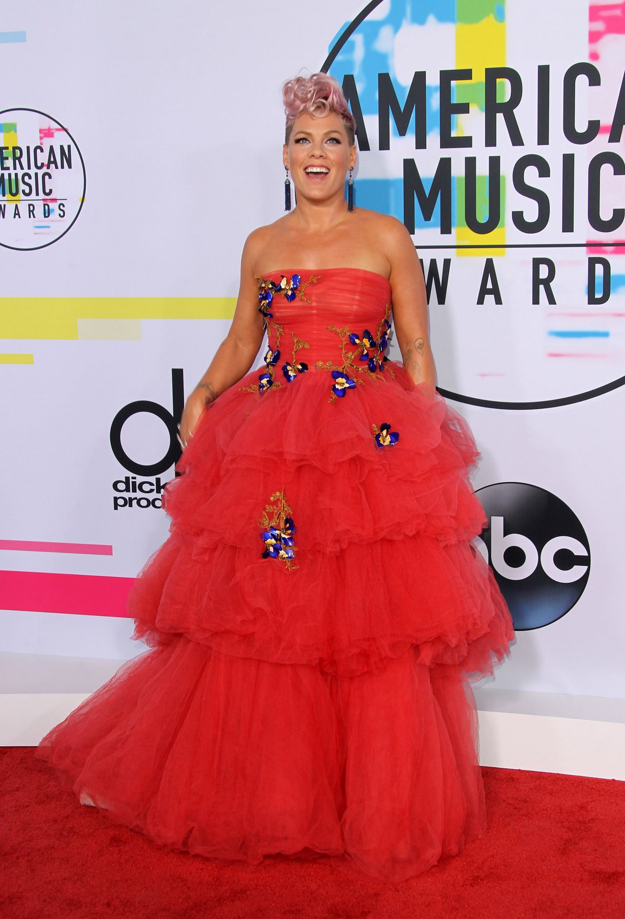http://celebmafia.com/wp-content/uploads/2017/11/pink-american-music-awards-2017-in-los-angeles-0.jpg