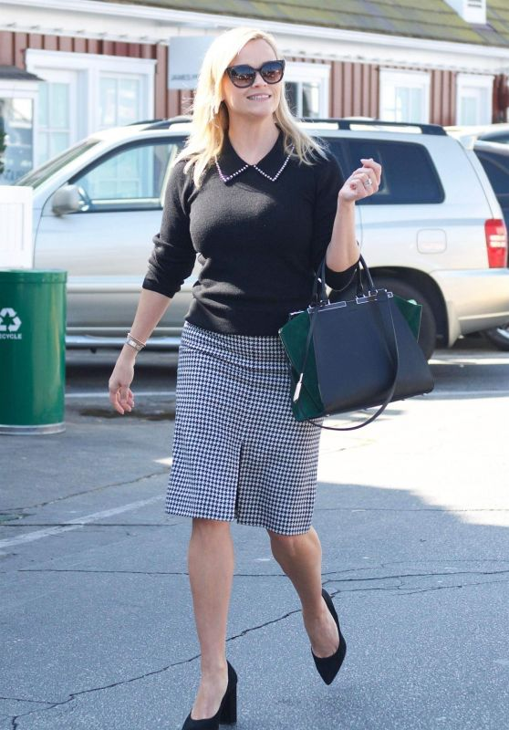 Reese Witherspoon in Casual Attire - Out for Breakfast in Brentwood 11/06/2017