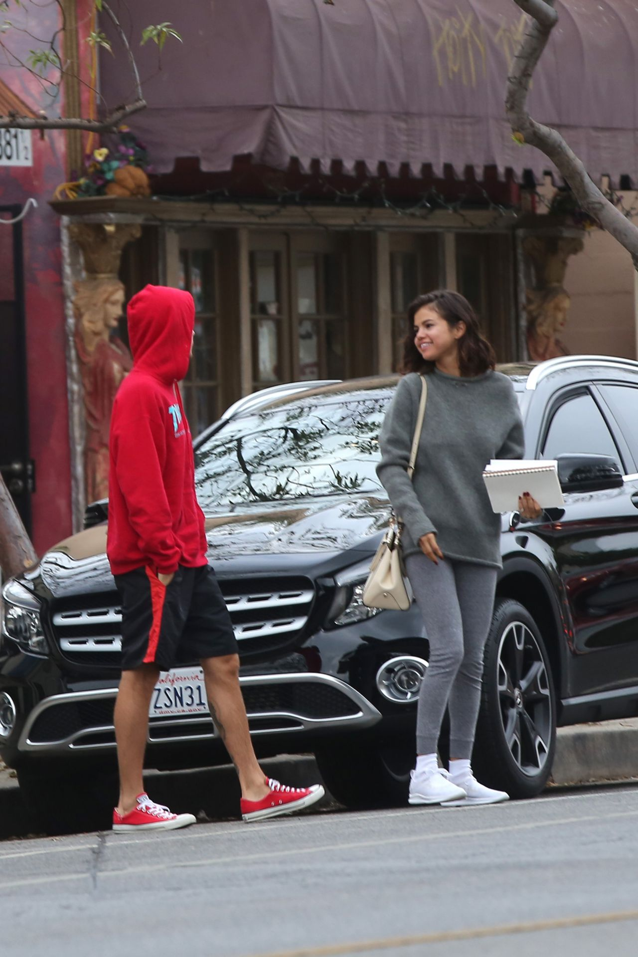 Selena Gomez 2018 >> Selena Gomez - Goes for a Walk With Justin Bieber in LA 11/01/2017