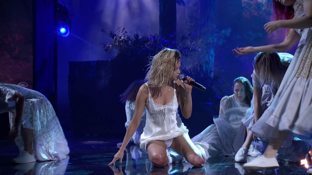 http://celebmafia.com/wp-content/uploads/2017/11/selena-gomez-performs-live-at-the-2017-american-music-awards-in-la-2.jpg