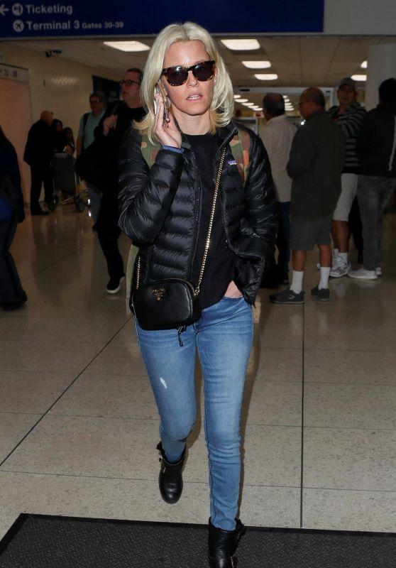 Elizabeth Banks - LAX International Airport in Los Angeles 12/19/2017