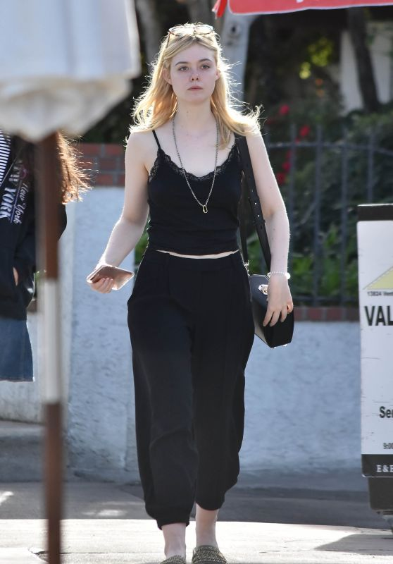 Elle Fanning With Her Mother - Los Angeles 12/11/2017