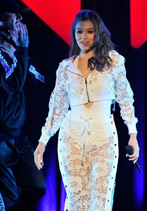 Hailee Steinfeld – Performs Live at Jingle Ball 2017 in San Jose