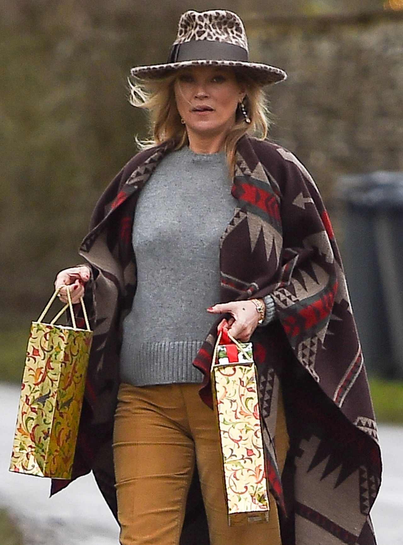 Kate Moss Delivers Festive Gifts to Neighbours