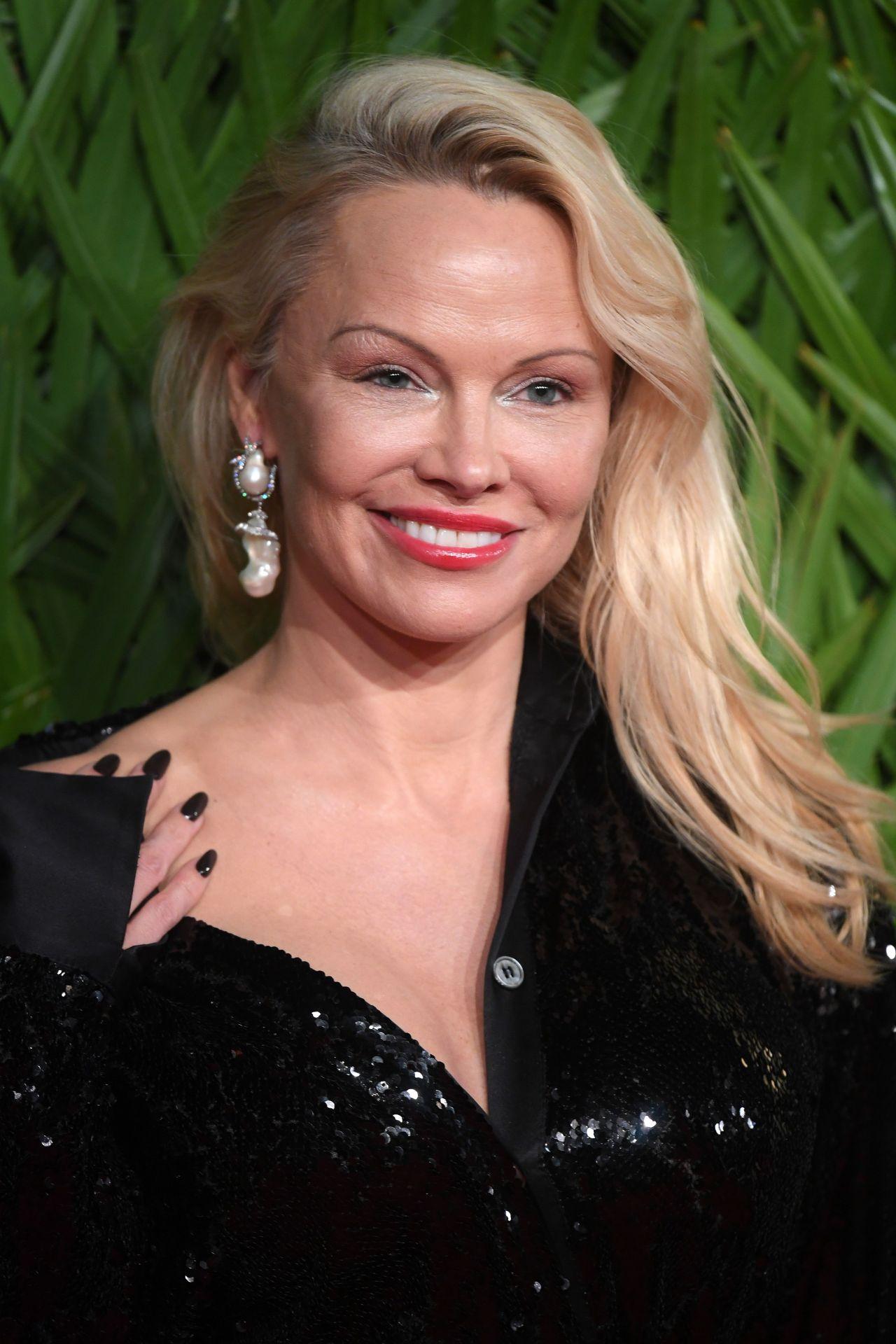 Pamela Anderson – Fashion Awards 2017 in London Pamela Anderson