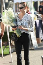 Phoebe Tonkin at the Farmers Market in Studio City 12/17/2017