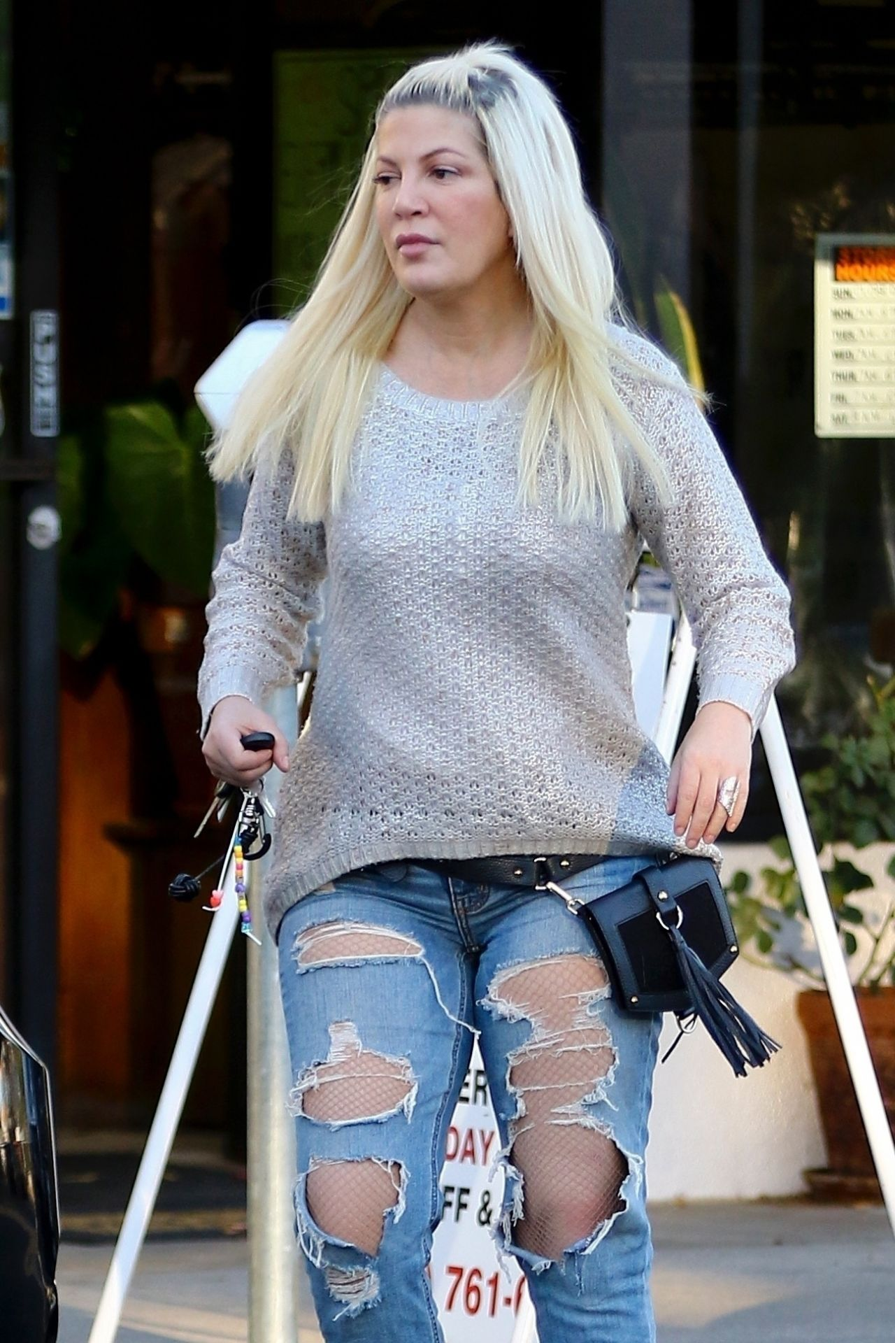 Tori Spelling In Ripped Jeans Beverly Hills 12 21 2017