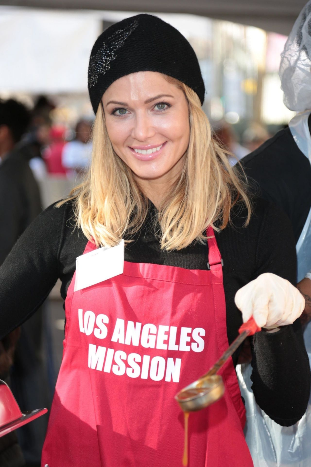 Torrie Wilson – Los Angeles Mission Serves Christmas to the Homeless