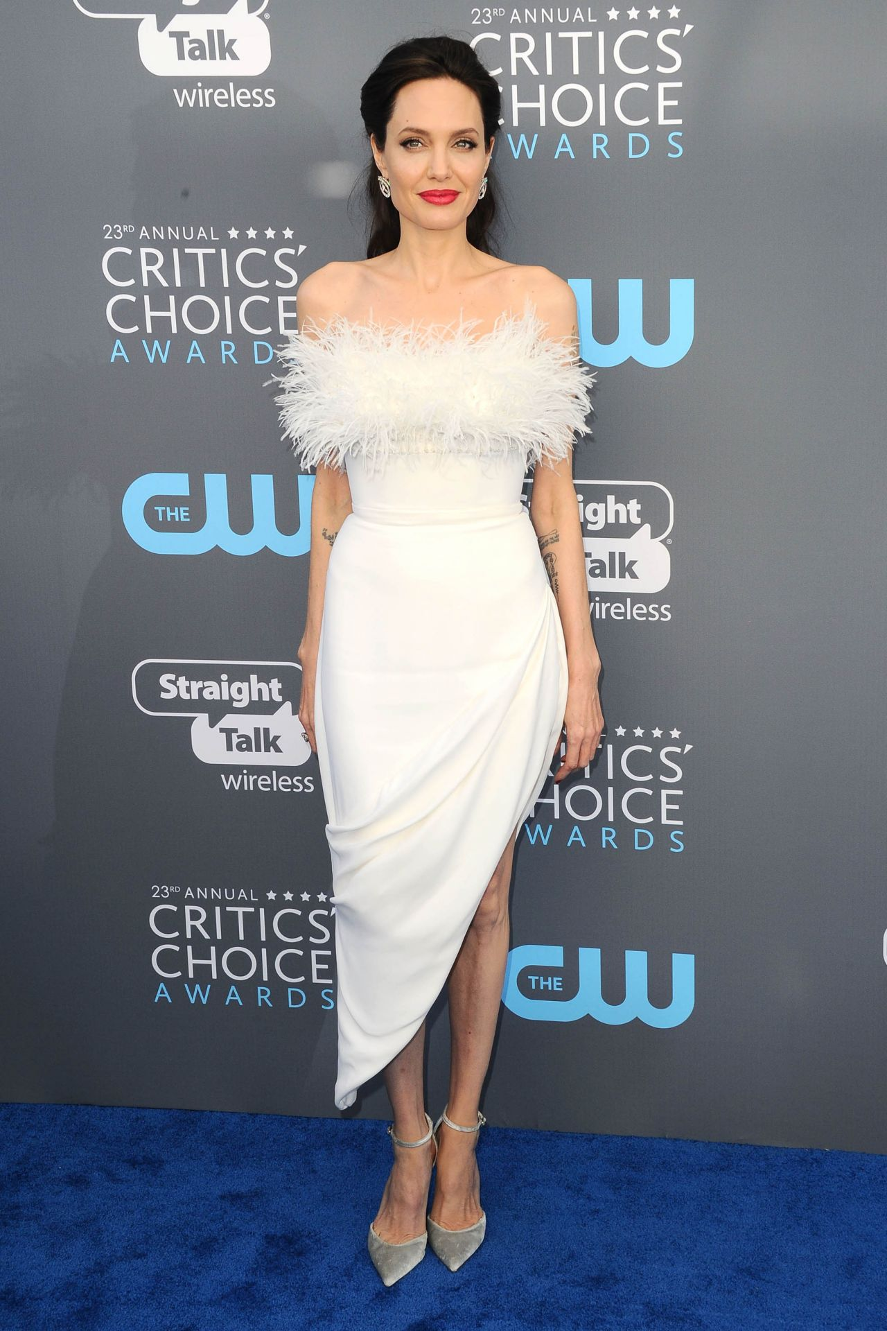 http://celebmafia.com/wp-content/uploads/2018/01/angelina-jolie-2018-critics-choice-awards-11.jpg