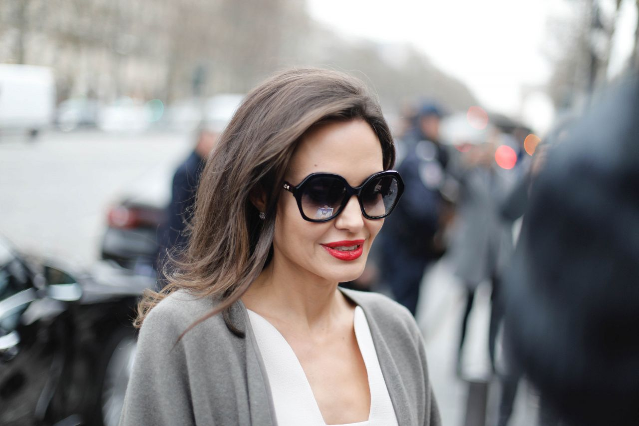 http://celebmafia.com/wp-content/uploads/2018/01/angelina-jolie-goes-to-guerlain-perfumes-shop-on-the-champs-elysees-in-paris-5.jpg