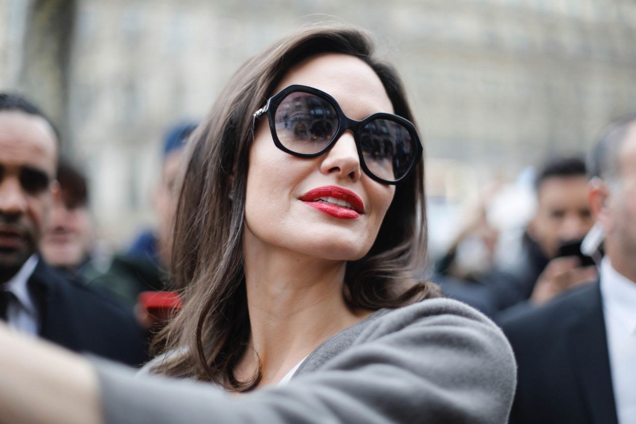 http://celebmafia.com/wp-content/uploads/2018/01/angelina-jolie-goes-to-guerlain-perfumes-shop-on-the-champs-elysees-in-paris-8.jpg