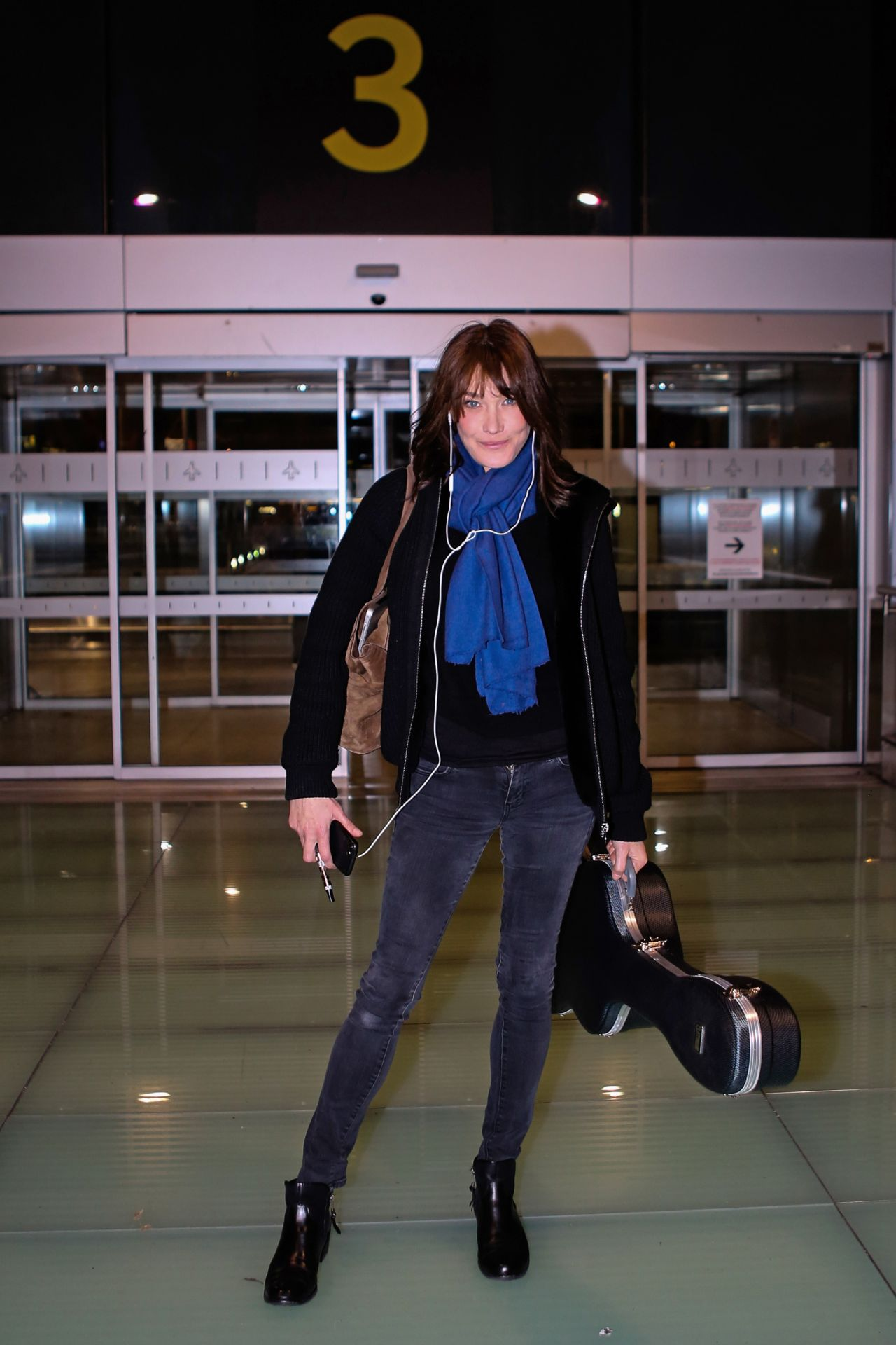 Carla bruni in travel outfit at madrid airport for Bruni arredamento