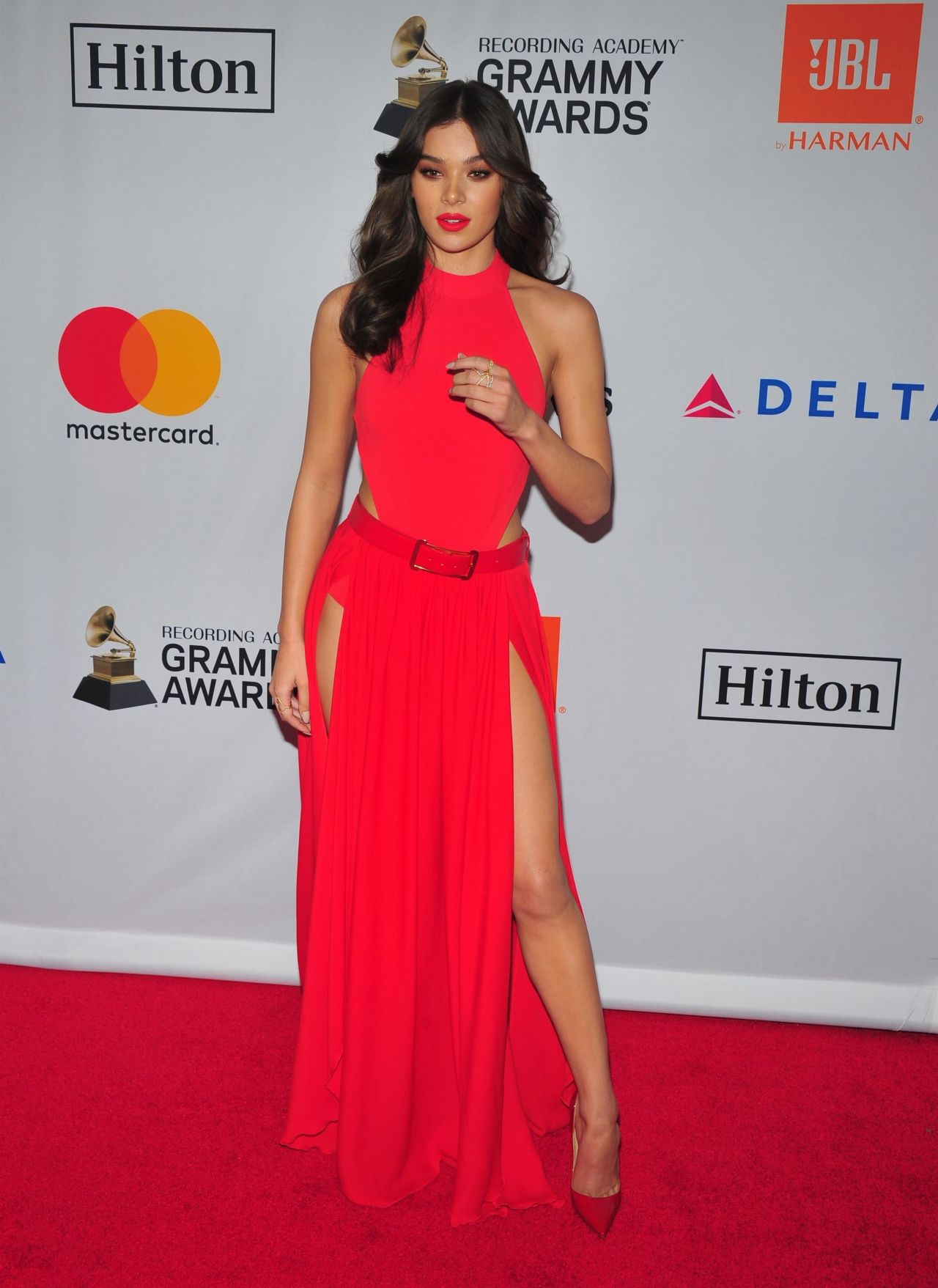 http://celebmafia.com/wp-content/uploads/2018/01/hailee-steinfeld-clive-davis-and-recording-academy-pre-grammy-gala-in-nyc-3.jpg