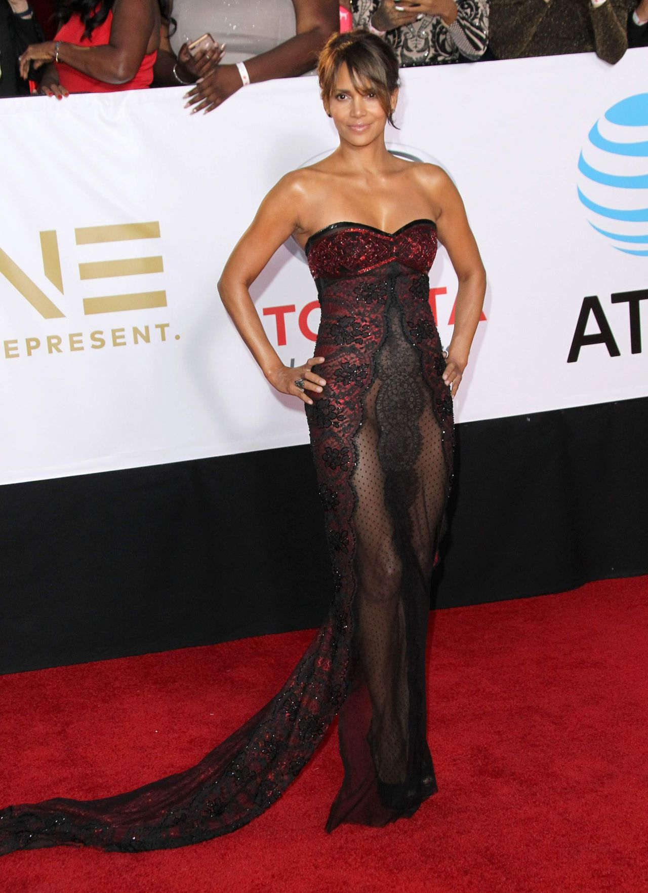 http://celebmafia.com/wp-content/uploads/2018/01/halle-berry-naacp-image-awards-in-pasadena-1.jpg