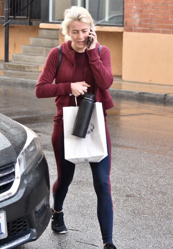 Julianne Hough Chats on Her Phone - Los Angeles 01/09/2018