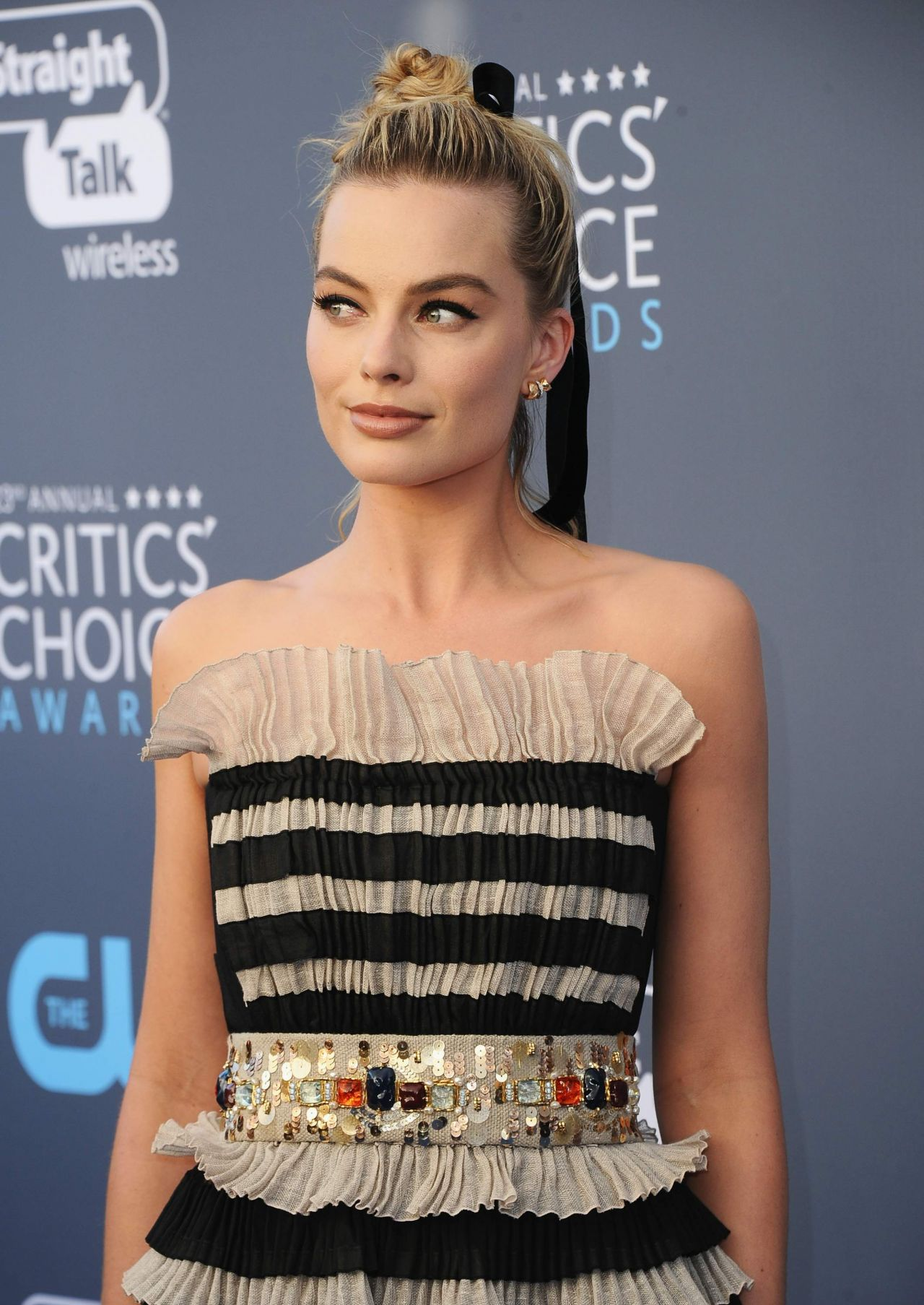 http://celebmafia.com/wp-content/uploads/2018/01/margot-robbie-2018-critics-choice-awards-3.jpg