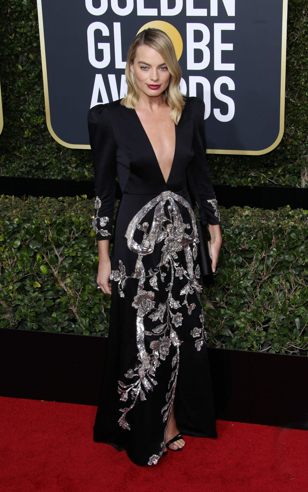 http://celebmafia.com/wp-content/uploads/2018/01/margot-robbie-golden-globe-awards-2018-16.jpg
