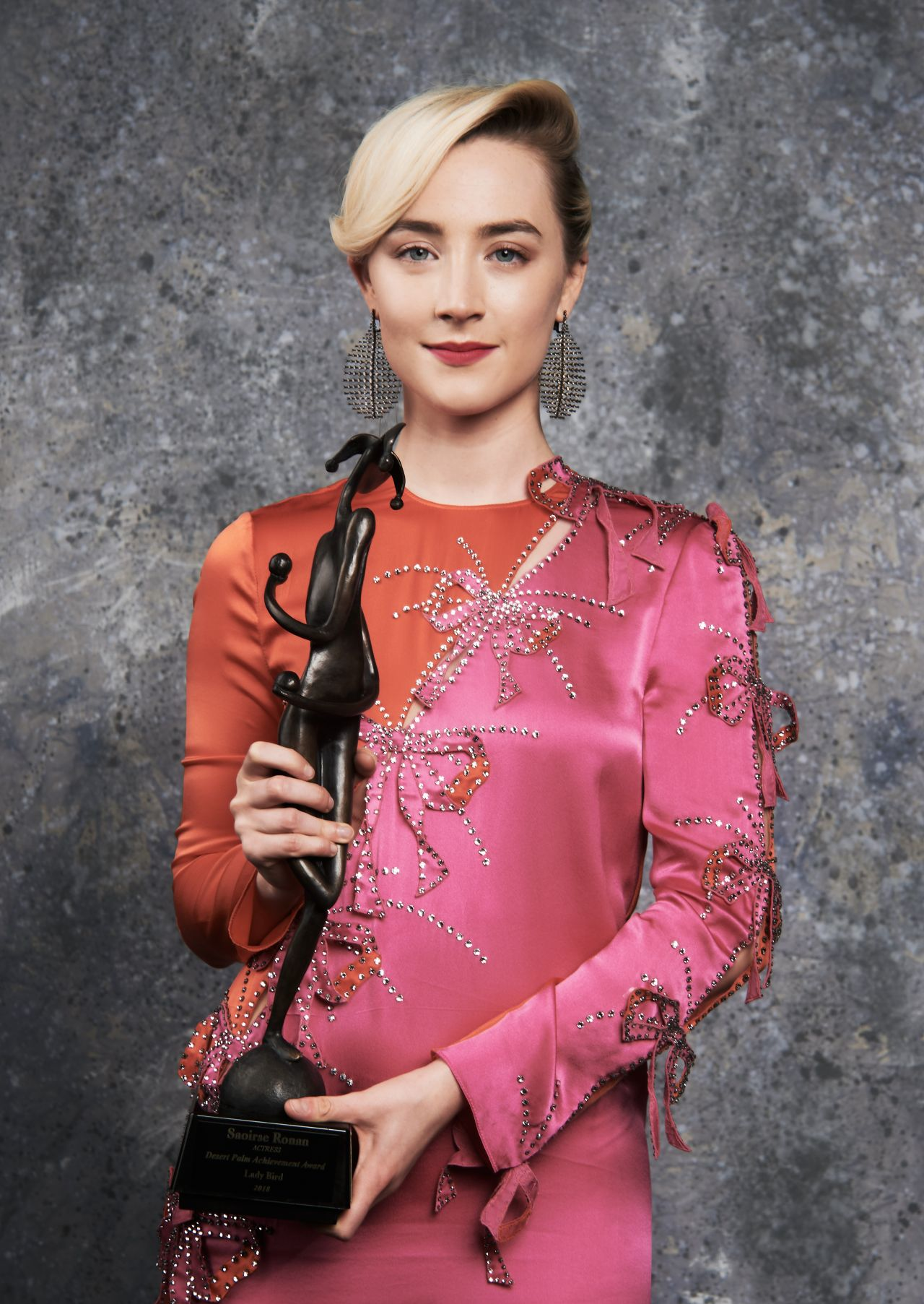 http://celebmafia.com/wp-content/uploads/2018/01/saoirse-ronan-palm-springs-international-film-festival-awards-gala-portrait-studio-1.jpg