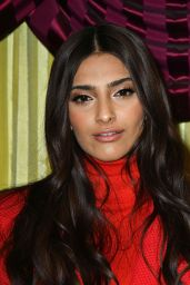 """Sonam Kapoor and Twinkle Khanna - """"Pad Man"""" Photocall in London"""