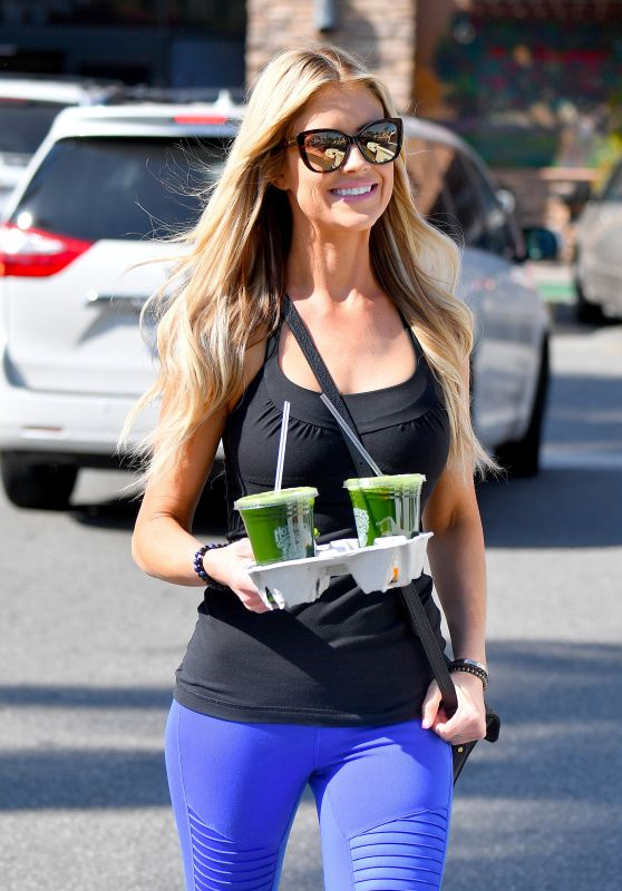 Christina El Moussa Picks Up a Souple of Juices at a Local Grocery Store in Anaheim