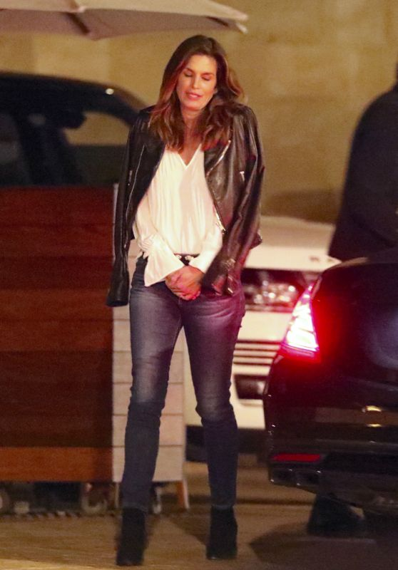 Cindy Crawford Leaving a Restaurant in Los Angeles 01/31/2018
