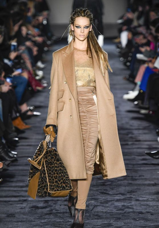 Hannah Ferguson Walks Max Mara Fashion Show in Milan 02/22/2018