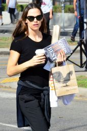Jennifer Garner - Grabbing Coffee at the Tavern in Brentwood