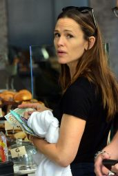 Jennifer Garner - Grabbing Coffee at the Tavern in Brentwood
